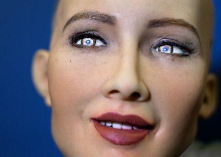 """داستان ربات ۳ سالهای که با هوش خود شاید دنیا را تغییر دهد!                                 """"سوفیا"""" و کارهای خالقالعاده او"""