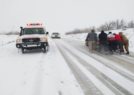 راهداران آذربایجانشرقی به ۴۰۰ خودرو گرفتار در کولاک امدادرسانی کردند