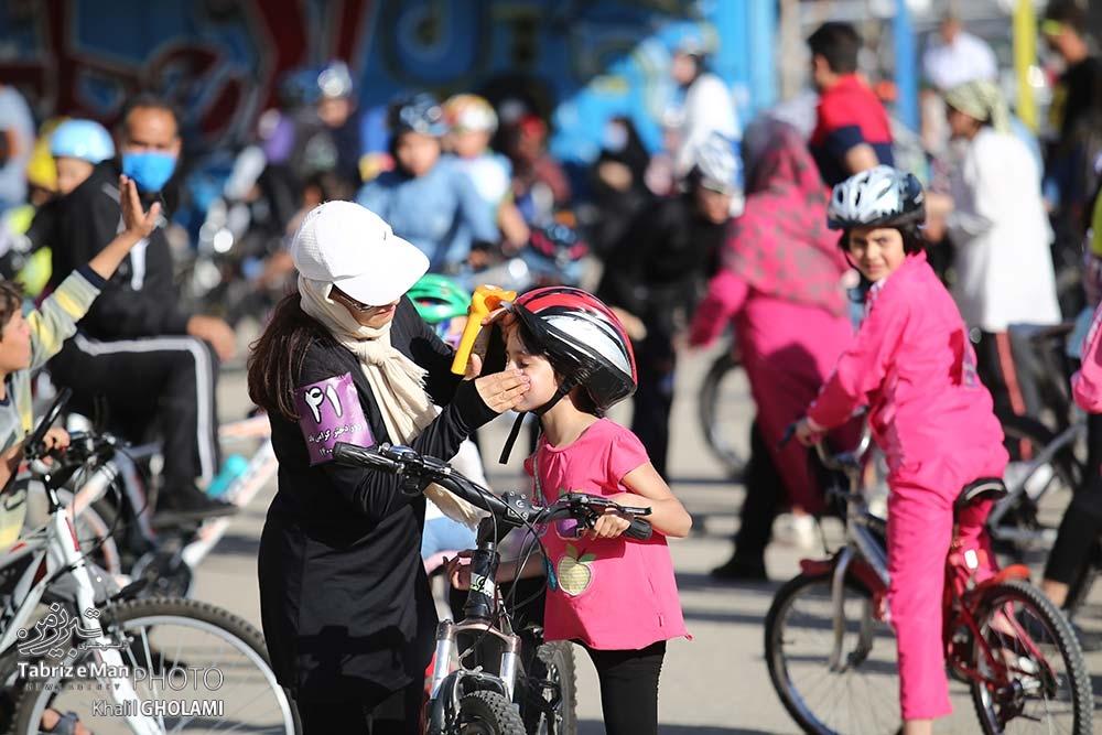 دوچرخه سواری بانوان در سنین مختلف به مناسبت روز دختر